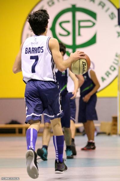 Sergio Barrios subiendo el balón