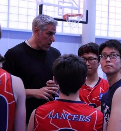 Coach Joe dando instrucciones