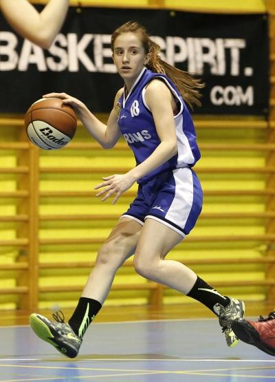 Blanca Zumarraga subiendo el balón