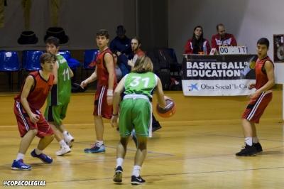 Miguel Padrino sube la bola con rapidez y fuerza