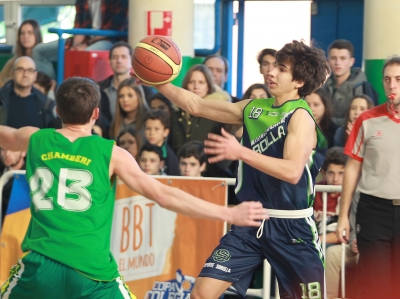 Guillermo Panduro driblando a Pablo Suare