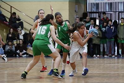 María López zafándose de la defensa