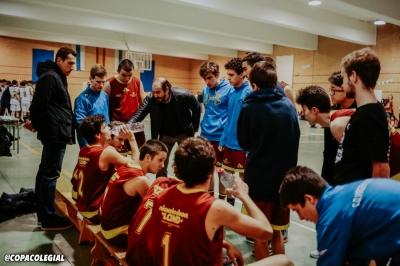 Joaquín López da instrucciones a sus jugadores