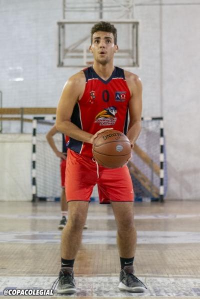 Julio Quiroga lanzando un tiro libre