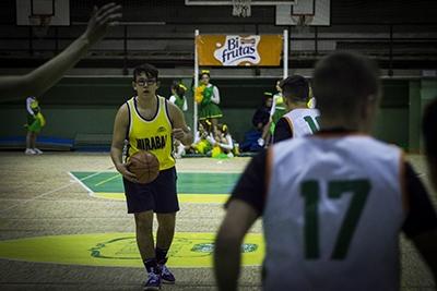 Alejandro Ponce marca jugada