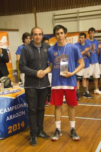 JC Sánchez, capitán de Romareda recibe el trofeo