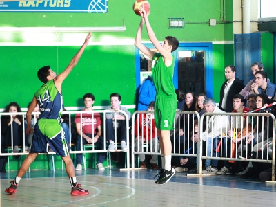 Jaime García lanzando un triple