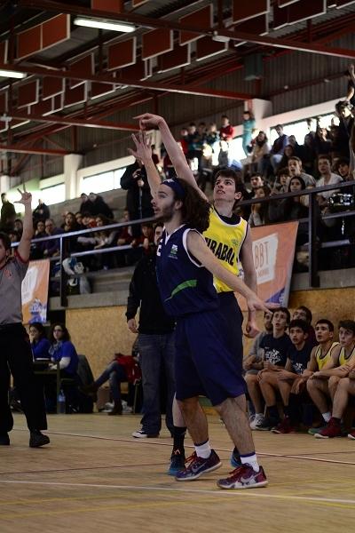 Miguel González defendiendo a Carlos Valdivia