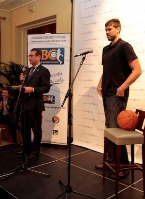 Mr Alan Solomont presentando a Marc Gasol