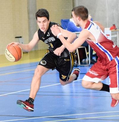 Lucas Otero en dribbling hacia el aro