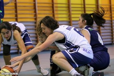 Varias jugadoras luchando por un balón