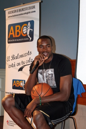 Serge Ibaka  dirigiéndose al auditorio