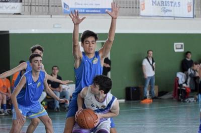 Disputa de balón entre dos jugadores.