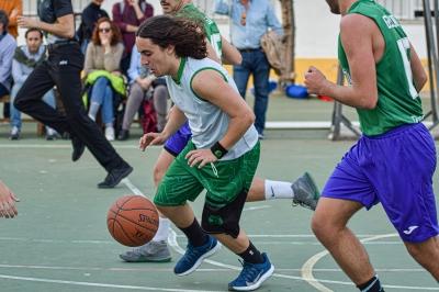 Jugador de Safa Reyes controlando el balón.
