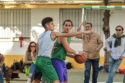 Disputa de balón entre dos jugadores